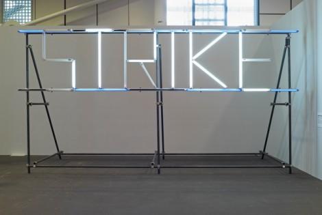 Claire Fontaine,STRIKE (K font V.II), 2005-2007,Metall,Blaufilter,Neonröhren,Bewegungsmelder,Wechselstromerzeuger,620x320x120cm,Rechte vorbehalten
